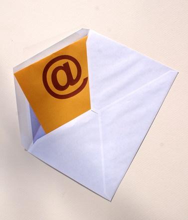 ¿En qué condiciones está permitido el envío de comunicaciones comerciales por medios electrónicos?